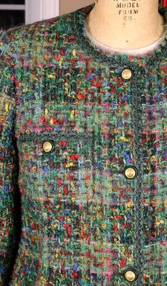 Latest Pictures sewing tutorials jacket Strategies Tweed & Bouclé: The Classic Cardigan Jacket EmmaOneSock Sewing Tutorials Chanel Jacket Trims, Chanel Style Jacket, Chanel Fashion, Couture Fashion, Couture Sewing, Tweed Jacket, Fashion Fabric, Fashion Outfits, Fashion Tips