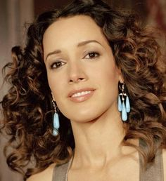 Jennifer Beals is best known for her roles in Flashdance and the showtime series The L Word. Born to an African-American father and an Irish American mother, Beals was raised in the Chicago area. Jennifer Beals, Mixed Race Celebrities, Biracial Women, Curly Hair Styles, Natural Hair Styles, The L Word, Black Actors, Teen Models, Hot Actresses