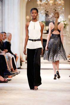Dalla collezione Ralph Lauren Resort 2014 top lungo panna con cintura e pantalone ampio