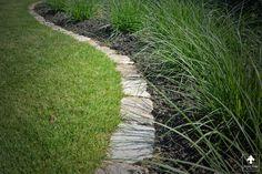 Kempische tuin met organische vormen in de borders. Rand afwerking tussen gazon en border door middel van Kasseien rand!   Door Ernst Baas Hoveniers