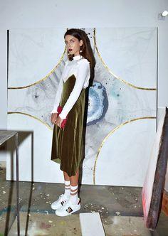 Sobreposição de vestico + turtleneck é a opção perfeita para usar seu slip dress no frio.