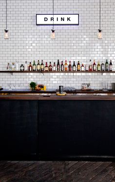 Installing a bar in your home is a great way to make sure that when you have company over everybody has a fun place to spend time together. A dedicated bar Café Restaurant, Architecture Restaurant, Restaurant Design, Restaurant Chairs, Bar Deco, Deco Cafe, Deco Pizzeria, Metro White, Café Bar