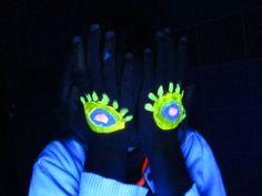 Blacklight schmink op OBS De Startbaan. Gloves, Make Up, Dibujo, Makeup, Beauty Makeup, Bronzer Makeup