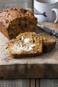 This delicious and healthy banana breakfast loaf is brilliant served warm with a lick of butter and a cup of tea on the side. Loaf Recipes, Baking Recipes, Cake Recipes, Kid Recipes, Pastry Recipes, Yummy Recipes, Healthy Recipes, Banana And Date Loaf, Banana Bread