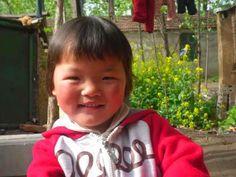 Cuando nuestra encargada del programa de familias de acogida visitó a Sadie este mes en Anhui, se la encontró sentada en el jardín con su madre de acogida. Sadie dijo que lo que más le gustaba del mundo era escuchar a su hermana de acogida contarle cuentos sobre hadas. Ay! Esta niña es como un rayito de sol!  http://www.lovewithoutboundaries.es/programas/programa-de-familias-de-acogida/