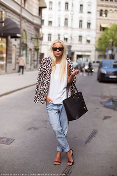 Casual chic #StreetStyle in baggy jeans, leopard jacket, strappy sandals, Michael Kors Medium Jet Set Multifunction Saffiano Travel Tote & w/a glowing tan