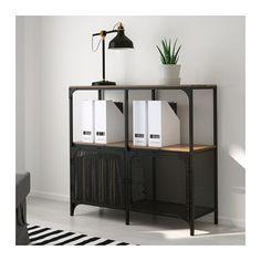 FJÄLLBO Étagère IKEA De style rustique, cette étagère en métal et bois massif est ouverte, permettant de faire facilement passer câbles et prises.