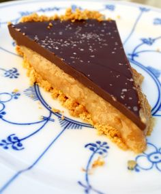 This Olive Oil Chocolate Salted Caramel Pie features luscious salted caramel filling, topped with olive oil ganache and coarse sea salt, and a cookie crust. Caramel Pie, Caramel Recipes, Pie Recipes, Sweet Recipes, Dessert Recipes, Desserts, Healthy Recipes, Sweet Pie, Cookie Crust