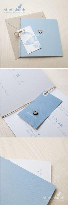 Lief geboortekaartje jongen met fotolabel in licht petrol blauw_gerecyclede envelop_houten hartjes_kokostouw_structuurpapier_www.studiokuuk.nl