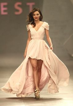 Miranda Kerr V-neck Celebrity Dresses Hits the Runway Mexico City Belle Silhouette, Miranda Kerr Style, Bridesmaid Dresses, Prom Dresses, Oscar Dresses, Dress Prom, Celebrity Dresses, Beautiful Gowns, Gorgeous Dress