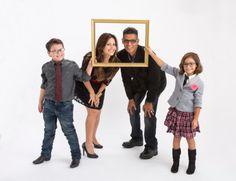 Imagen libre de derechos: Hispanic family portrait parents and two…