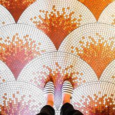 75001 - Rue Saint-Honoré #parisianfloors#ihavethisthingwithfloors#ihavethisthingwithparisianfloors#fromwhereistand#selfeet#viewfromthetop#paris#sainthonoré#pattern#design#interiordesign#architecture#tiles#carrelage#mosaic#shoes#espadrilles#artofsoule#bistro#restaurant