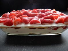 Strawberry tiramisu - recipe for a summer dessert! - Burgers - Recipe for the most delicious strawberry tiramisu without packages and bags. Make yourself with mas - Summer Desserts, Sweet Desserts, Sweet Recipes, Delicious Desserts, Dessert Recipes, Yummy Food, Beignets, Tiramisu Recipe, Buffet