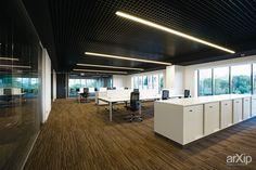 Современный минимализм с видом на историческую архитектуру: Open Space для офиса…
