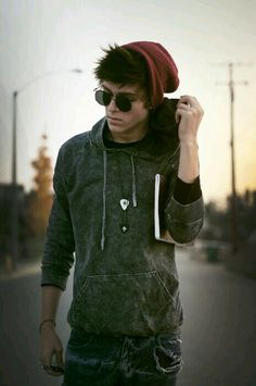 HOT GUY so hot, with that grunge style, beanie, skate boarder feel and hoodie. I have a thing for emo-ish guys. Diesel Punk, Emo Guys, Cute Guys, Hipster Guys, Hipster Style, Psychobilly, Poses, Pretty People, Beautiful People