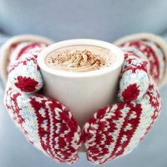 Cute mitties and a hot cup of chocolate! That is what I love about winter! Noel Christmas, Winter Christmas, Christmas Coffee, Winter Holidays, Pause Café, Hot Cocoa Mixes, Christmas Photography, Winter Photography, Kid Friendly Meals
