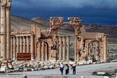 """BEIRUTE (AFP) .- grupo Islâmico Jihad destruíram uma famosa estátua de um leão fora do museu na cidade síria de Palmyra, disse o diretor de antiguidades do país, na quinta-feira.   Maamoun Abdelkarim disse que a estátua, conhecida como o Leão da Al-Lat, era uma peça insubstituível e aparentemente foi destruída na semana passada.   """"Membros do IS destruiram no sábado o leão de al-Lat, que é uma peça única de três metros (10 pés) de altura e peso 15 toneladas"""", Abdelkarim disse à AFP.   """"É o…"""