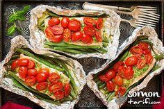 Somon balığını taze fasulye ve pesto sosu ile folyo kağıdında pişirince ortaya oldukça iştah açıcı bir görüntü, koku ve tabii ki lezzet ortaya çıkıyor. Sağlıklı bir yemek olması da cabası...