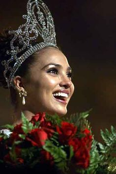 Lara dutta made it to Miss Universe,making india so proud.Top actress,model made it to the top.Now she is enjoying her married life. Miss Universe Gowns, Miss Universe 2000, Miss Universe India, Pageant Crowns, Pageant Girls, Top Celebrities, Bollywood Celebrities, Classic Beauty, My Beauty