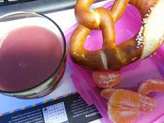 Bei Naninchen gab es zum Frühstück einen Pink Smoothie mit Brezel und Mandarine in farblich abgestimmter Pausenbox.