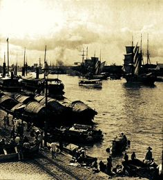 A Pasig River docking harbour at the Binondo district, circa 1900 Philippines Culture, Filipiniana, Manila, Filipino, Fallout, Old Photos, Spanish, Past, Nostalgia