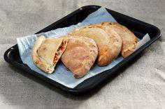 Fotorecept: Calzone- plnená špaldová pizza Calzone, Italian Recipes, Pizza, Bread, Food, Basket, Brot, Essen, Baking