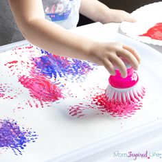 Red, white and blue fireworks craft activity for the of July. Get patriotic and make some art to display! Easy Arts And Crafts, Easy Crafts For Kids, Projects For Kids, Kid Crafts, Fireworks Craft, Blue Fireworks, Letter C Crafts, Firework Painting, Felt Squares