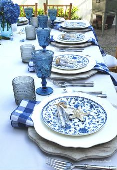 newport beach: a Balboa cottage dinner party Blue Table Settings, Beautiful Table Settings, Place Settings, White Dinner Plates, White Dishes, Shabby Chic Patio, Blue And White Dinnerware, Newport Beach, White Lanterns