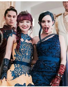 Dove Cameron and Sofia Carson Descendants Wicked World, Disney Channel Descendants, Descendants Cast, Sofia Carson, Couple Disney, Dove Cameron Style, Mal And Evie, Top Albums, Album Sales