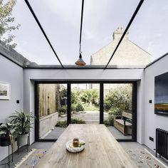 Kitchen extension with glass roof and full-width glass door leading to the garden. Designed by PLANSTUDIO (hello@planstudio.uk) Photography: Gautier Houba