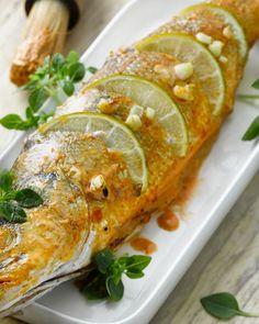 Deze pittig zeebaars op zijn Thais wordt heerlijk gemarineerd in currypasta met kokosmelk, knoflook en limoen. Lekker op de barbecue of gewoon de grill!