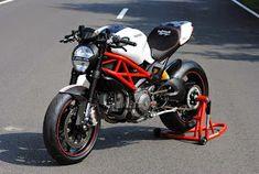 Il Ducatista - Desmo Magazine: Ducati Monster 1100 Evo by WalzWerk-Racing (Marcus Walz). Ducati 1100, Ducati Monster 1100 Evo, Ducati Motorcycles, Cars And Motorcycles, Sport Bikes, Motogp, Motorbikes, Racing, Vehicles
