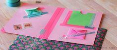 Carpeta con washi tape: dos hojas de carton, papel para los sobres, y diferentes objetos para decorar (sellos, pegatinas, etc).