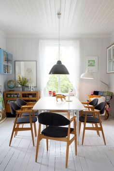 Scandinavian #dining room with lovely vintage #decor - Elisabeth Aarhus: the shopowner's house | #interiors