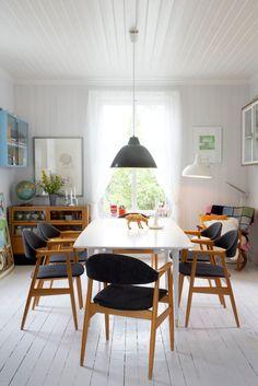 Scandinavian #dining room with lovely vintage #decor - Elisabeth Aarhus: the shopowner's house | #interiors