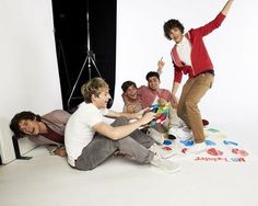 Hey guys lets play twister :) One Direction One Direction 2011, One Direction Pictures, Direction Quotes, Harry Styles 2011, Boys Playing, Love Pictures, Louis Tomlinson, Cool Bands, Love Of My Life