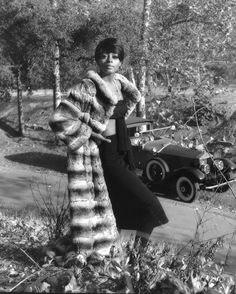 "Serving us some ""Bonnie Parker"" realness. 