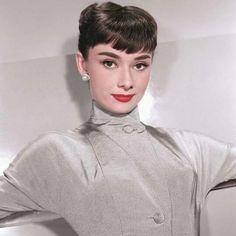 Audrey Hepburn by photographer Bud Fraker, 1953 Audrey Hepburn Outfit, Audrey Hepburn Born, Audrey Hepburn Photos, Audrey Hepburn Hairstyles, Hollywood Glamour, Hollywood Stars, Classic Hollywood, Old Hollywood, Tv Movie