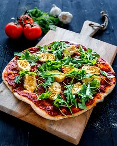Frühlingshafte Pizza mit Artischocken und Rucola