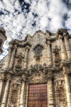 La catedral de La Habana es una de las iglesias mås bonitas que he visto. Fue uno de mis primeros descubrimientos la mañana siguiente de mi llegada...