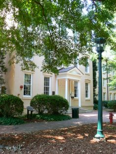 Rutledge, located on the historic Horseshoe, is a coed, apartment-style residence hall, and part of the Honors Community. This renovated antebellum residence hall features two- and four-bedroom apartments that a include living room and kitchen. The 47 students that live in Rutledge are surrounded by elegant oak trees, gardens and manicured grounds.