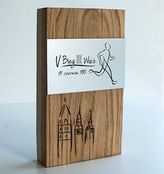 Efektowna statuetka sportowa dla biegaczy wykonana z okazji V Biegu III Wież. Statuetka na zawody sportowe została wykonana z połączenia : drewno grawerowane laminat grawerski w srebrnym kolorze