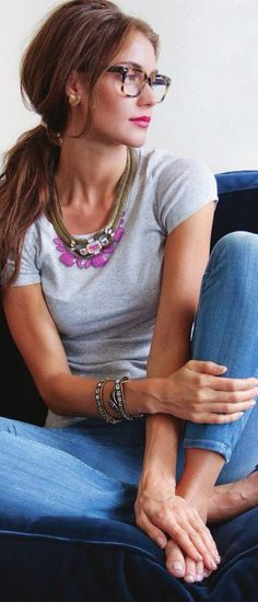 Effortless: Jeans, grey T, and a statement neckless