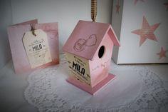Details van de geboortekaart, worden verwerkt op het huisje.