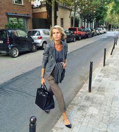 LOOK PATRIZIA CASARINI - PANTALON FLARE, TOP GRIS ET VESTE PERFECTO GRIS