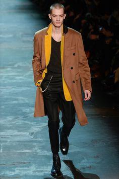 Guarda la sfilata di moda uomo Berluti a Parigi e scopri la collezione di abiti e accessori per la stagione Autunno Inverno 2017-18.