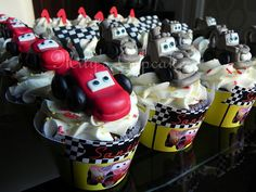 Tematica Cars con toppers diseñados en fondant by Mily'sCupcakes, via Flickr