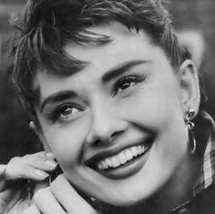 """""""Credo fermamente che il sorriso sia l'accessorio più bello che una donna possa indossare""""  #Audrey #aforismi #smile #happygirl #happiness #Musa #adoro"""
