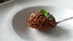 A mousse de chocolate é uma das mais clássicas receitas da confeitaria francesa. Aprenda a fazer de uma maneira fácil e descubra todos os segredos!