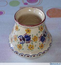 gebloemde vaas getekend 1836.  16 cm